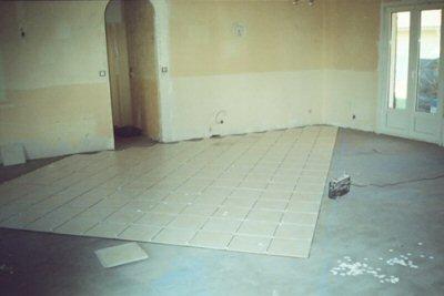 Maison lectrique maison solaire cloison et pose du plancher chauffant habitation for Plancher chauffant renovation carrelage