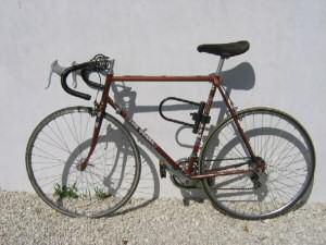 Rennrad mit Vorhängeschloss