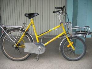 Ancien vélo de la poste avec une petite roue avant