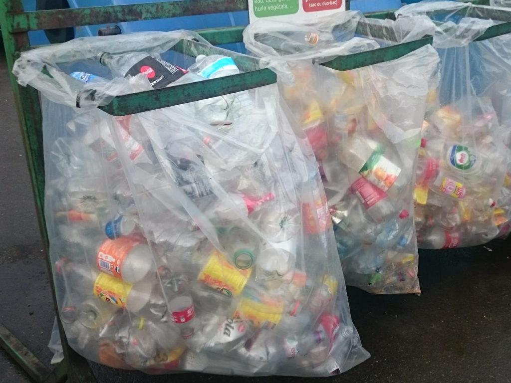 रीसाइक्लिंग प्लास्टिक की बोतलें