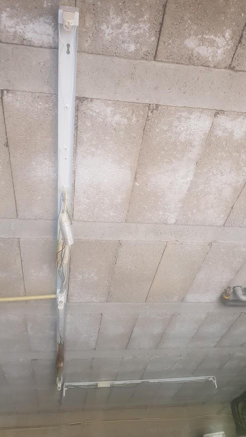 montage néon dans un garage
